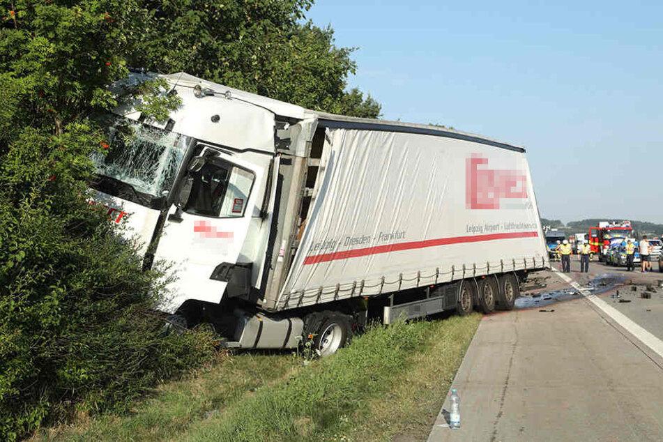Der aufgefahrene Laster landete nach dem Aufprall im Straßengraben.
