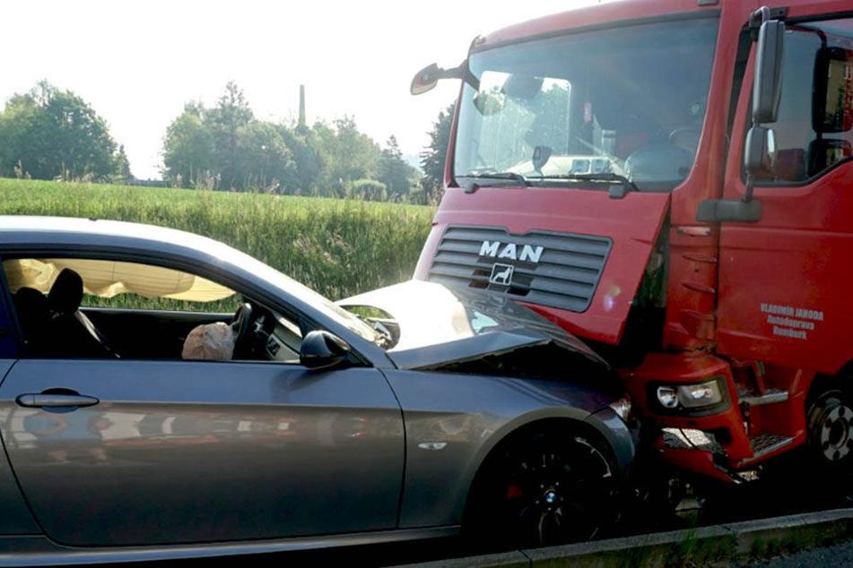 Der tonnenschwere Laster erwischte den BMW der 32-Jährigen frontal.