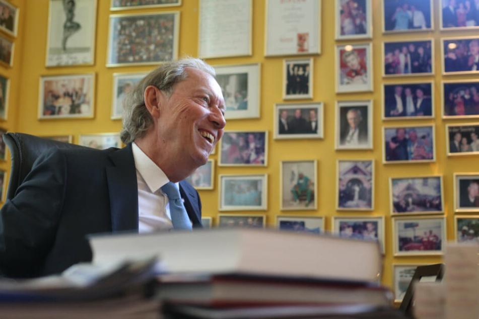 Zahlreiche Bilder von Prominenten schmücken Werner Mangs Büro.