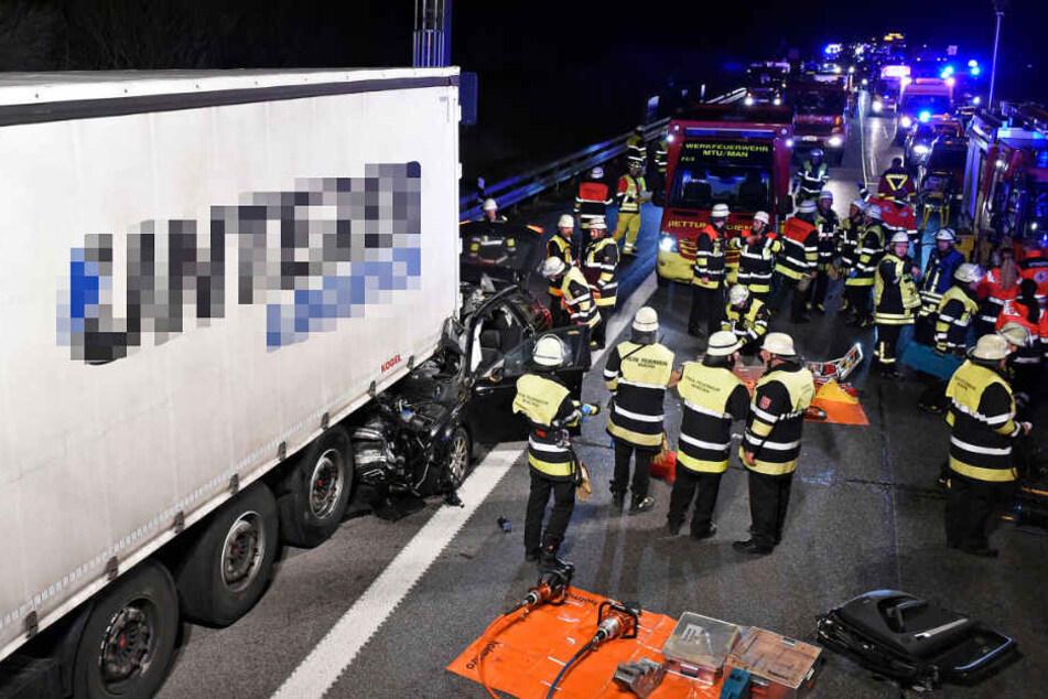 Audi-Fahrer fährt auf Lkw auf, wird eingeklemmt und mitgeschleift