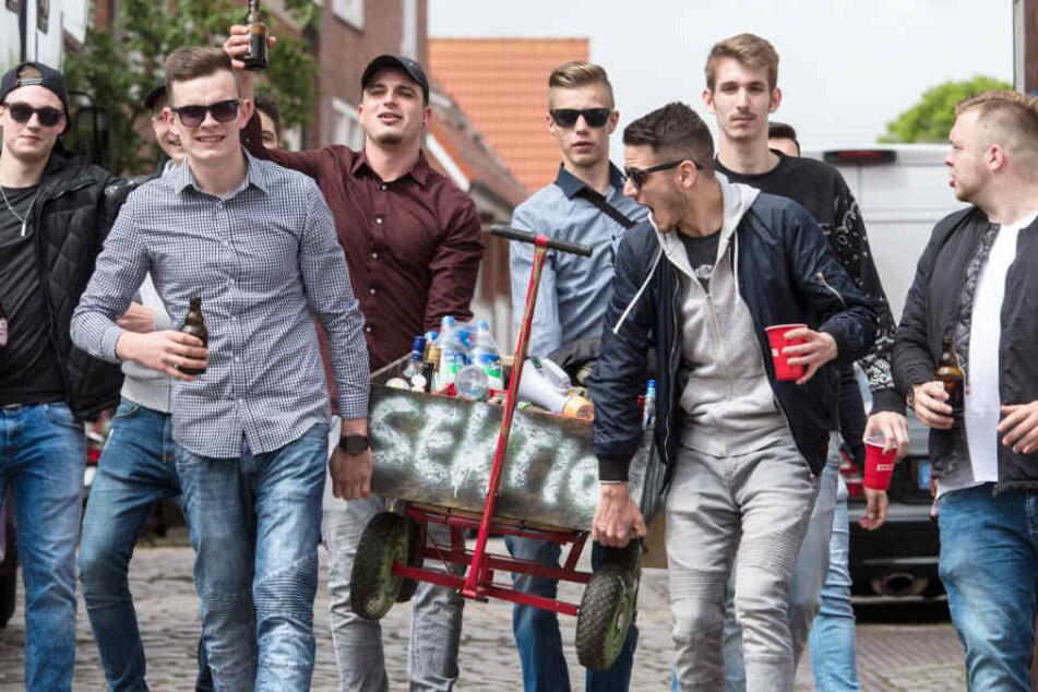 Junge Männer genießen ihren Vatertags-Tripp.