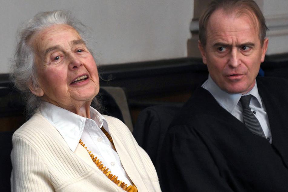 Ursula Haverbeck sitzt am 21. November 2016 vor Prozessbeginn mit ihrem Anwalt Wolfram Nahrath im Landgericht in Verden (Niedersachsen).