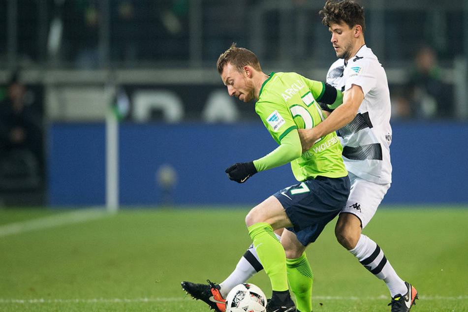 Maximilian Arnold (l.,gegen Gladbachs Tobias Strobl) ist VfL Wolfsburg eine feste Größe