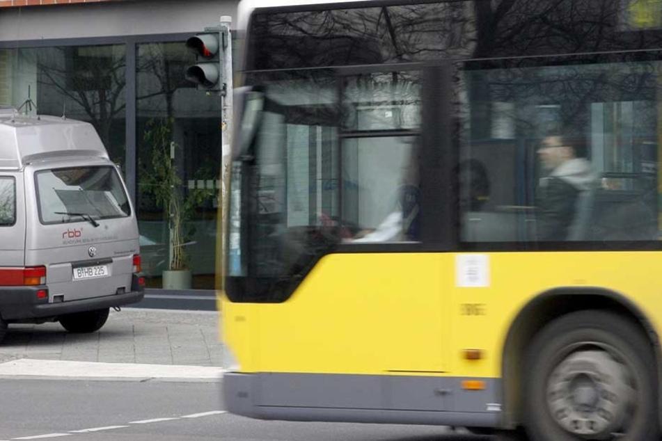 Der Fahrer eines BVG-Busses flippte aus, weil ihn der Fernbus nicht hat einfädeln lassen (Symbolbild).