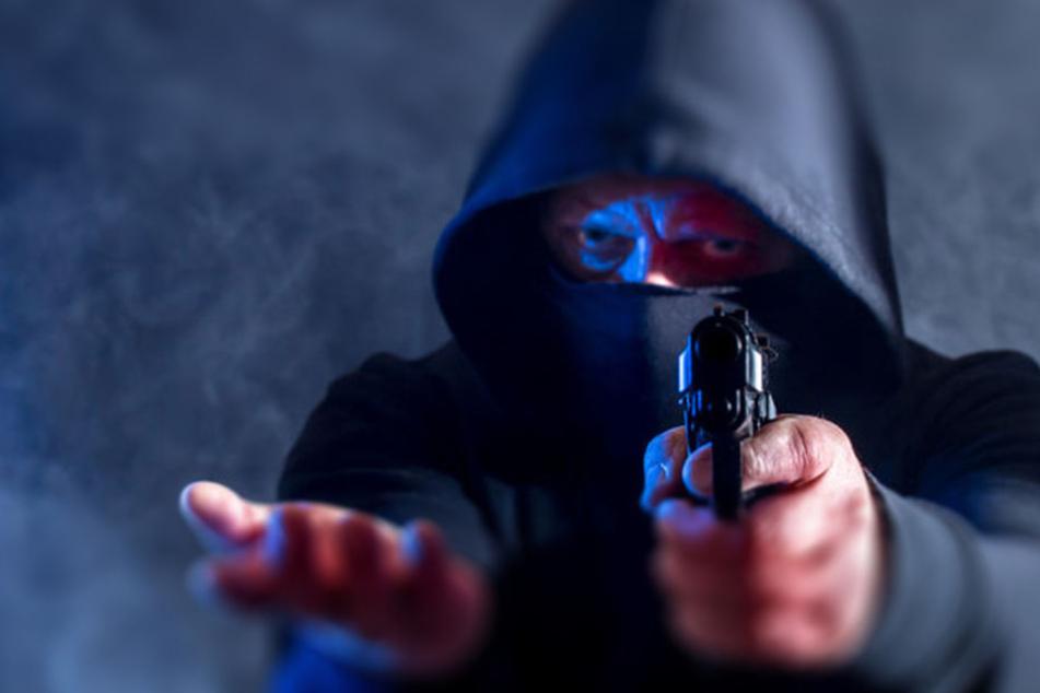 Einer der Täter bedrohte die Kassiererin plötzlich mit einer Schusswaffe. (Symbolbild)