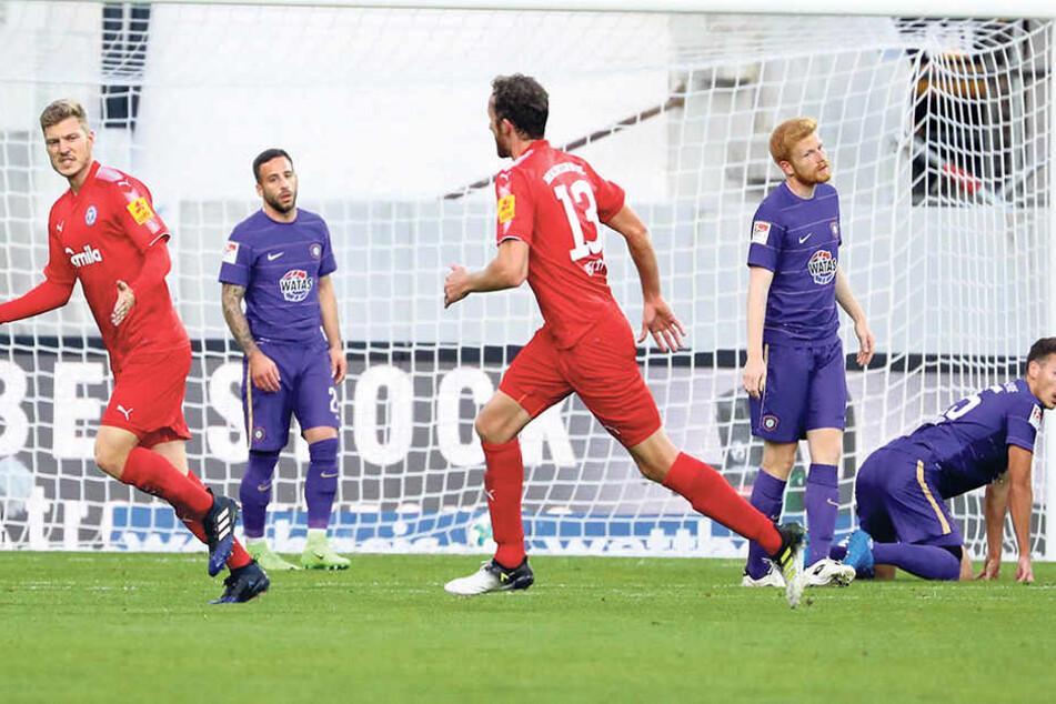 """Da war die """"Veilchen""""-Taktik über den Haufen geworfen: Alexander Mühling (l.) hatte Kiel mit 1:0 in Führung geschossen. Aue war auf den Knien."""