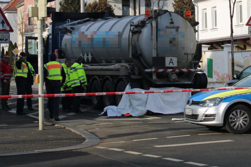Am Montagvormittag kam eine Fußgängerin in Leipzig-Großzschocher ums Leben.