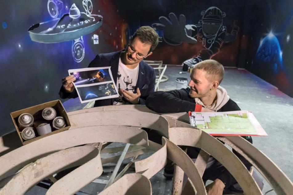 Joseph Heß (30) und Rico Neumann (28) im Weltraum-Raum. Im Juni soll die Anlage eröffnet werden.