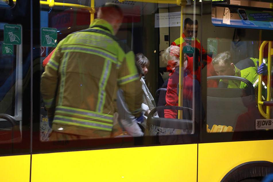 Rettungssanitäter kümmerten sich um verletzte Bus-Insassen.