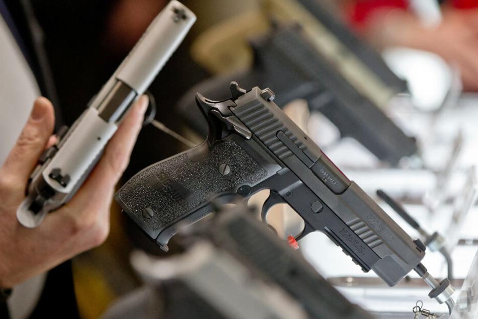 Auf einer Waffenmesse präsentiert der Hersteller Sig Sauer seine Pistolen. Wegen illegaler Ausfuhr von Sig-Sauer-Waffen stehen nun drei Manager vor Gericht.