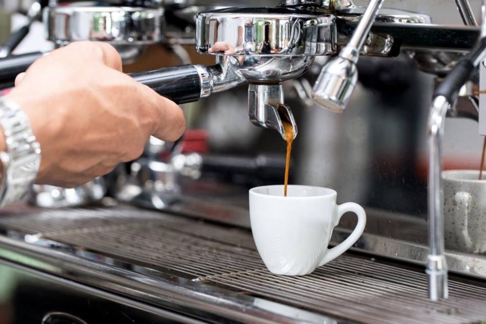 Die Täter klauten eine Kaffeemaschine und beschädigten dabei die Wasserleitung. (Symbolbild)