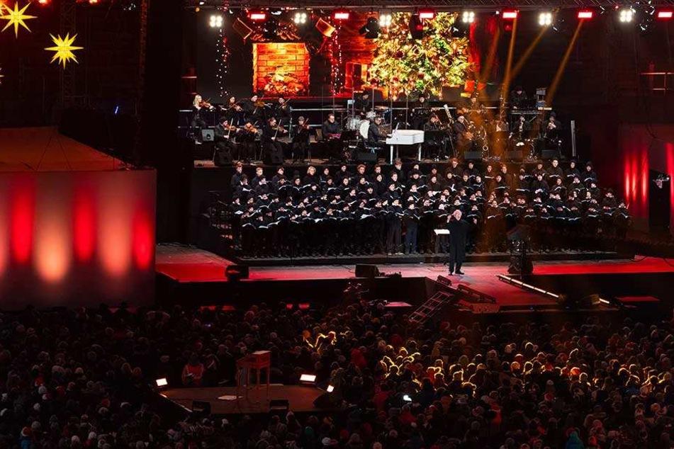 Gemeinsames Weihnachtsliedersingen mit dem Kreuzchor.