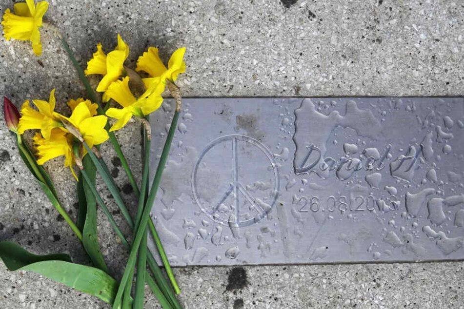 Diese Gedenkplatte am Tatort erinnert an den getöteten Daniel H.