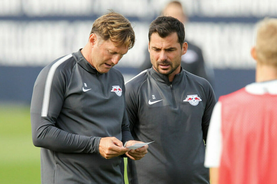 Das Testspiel in Leipzig soll im Zuge des Wechsels von Co-Trainer Zsolt Löw (r., hier neben Ex-Coach Ralph Hasenhüttl) nach Paris vereinbart worden sein.
