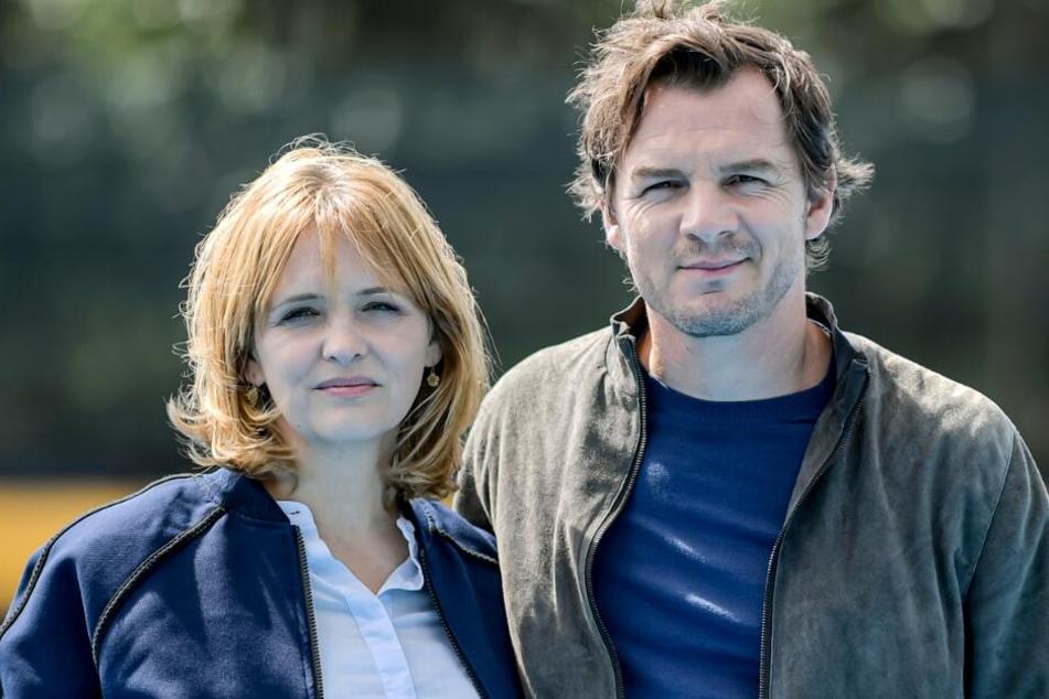 Laura Tonke (45) und Felix Klare (41) stehen am Set des NDR-Krimis.