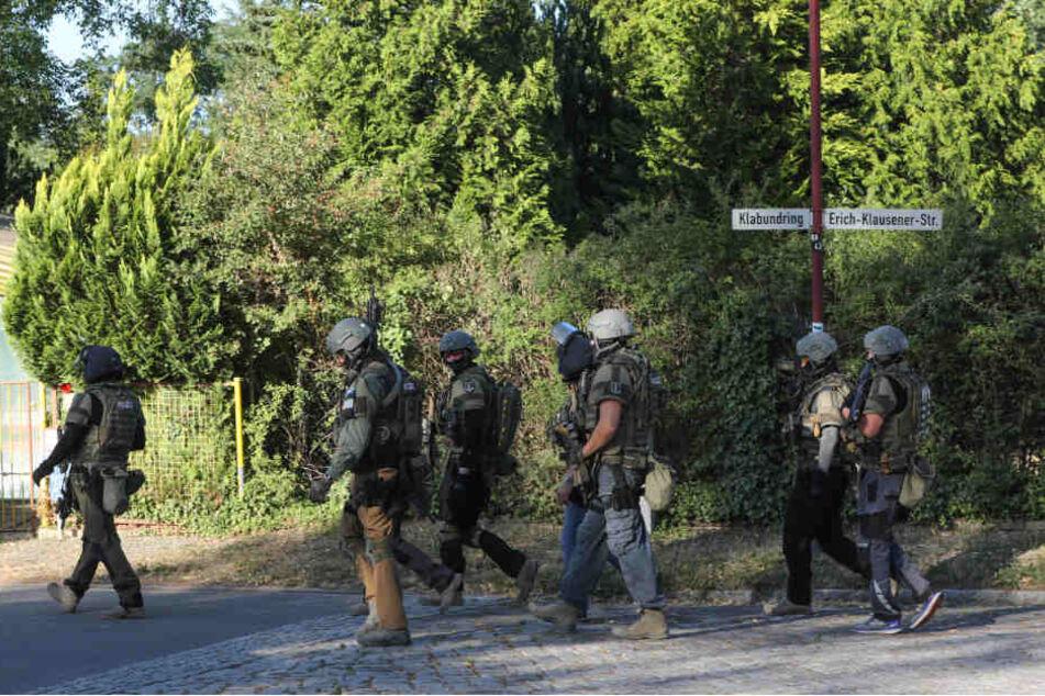SEK-Beamte durchsuchen eine angrenzende Wohnsiedlung.