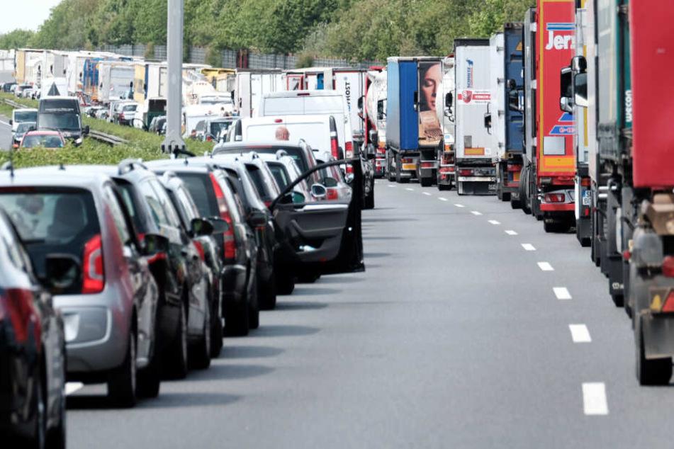 Auf der A96 in Bayern hat ein Busfahrer die Rettungsgasse befahren. (Symbolbild)