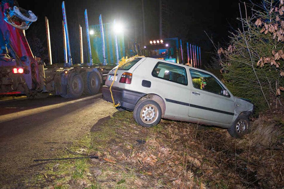 Der VW wurde durch den Aufprall in den Graben geschleudert.