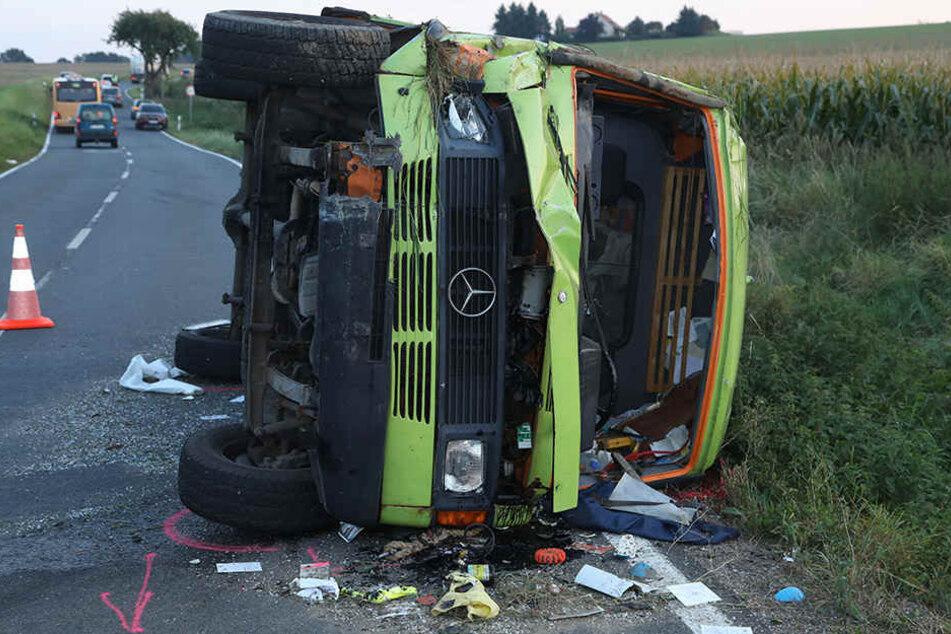 Der Transporter blieb seitlich auf der Straße liegen.
