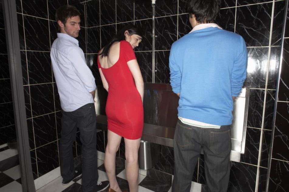 Auch Frauen können im Stehen pinkeln und sind in manchen Situationen auch dazu gezwungen. (Symbolbild)