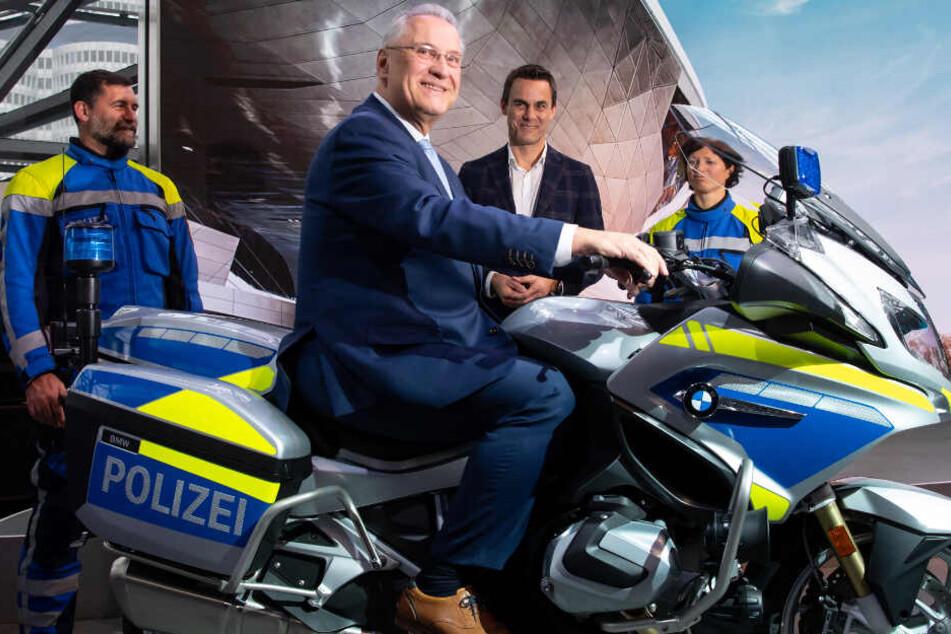 Neue Motorräder! Polizei setzt auf BMW, Joachim Herrmann lobt Ausstattung