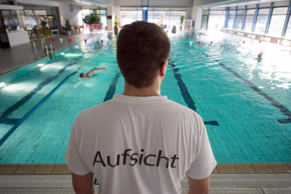 Der 22-Jährige ging im Becken plötzlich unter und musste reanimiert werden. (Symbolbild)