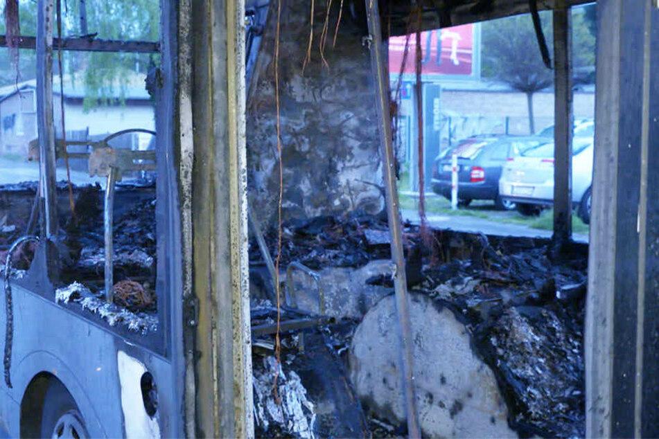 Der Bus brannte vollständig aus. Der Fahrer konnte sich rechtzeitig in Sicherheit bringen.