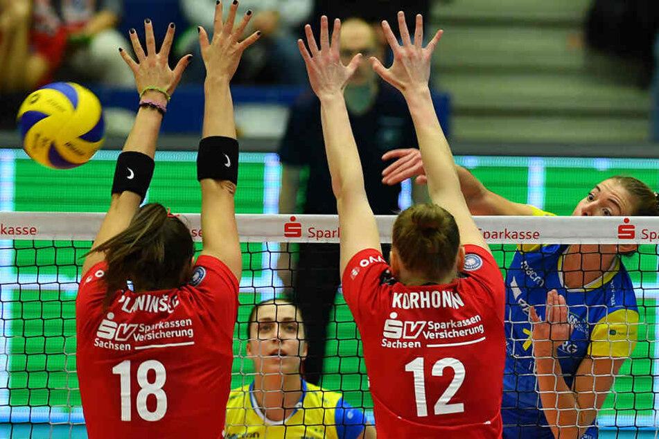 Greta Szakmary (Schwerin) gegen Sasa Planinsec (18) und Piia Korhonen (re. beide Dresden). Piia Korhonen war mit 26 Punkten erfolgreichste Scorerin bei Dresden.