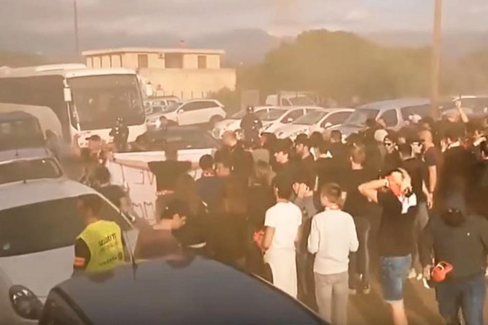 Anhänger des französischen Fußball-Zweitligisten AC Ajaccio haben auf Korsika einen Bus mit Fußballern aus dem nordfranzösischen Le Havre attackiert.