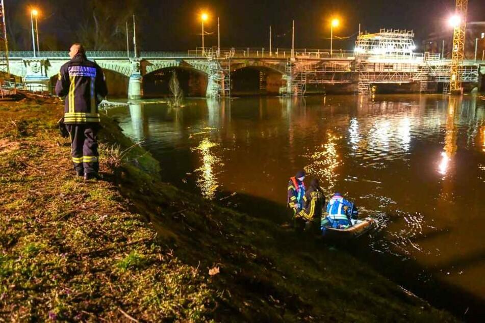Rettungskräfte suchten in der Nacht zu Montag in Magdeburg nach einem verschwundenen Mann.