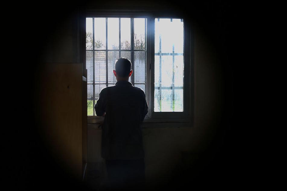 Ein Häftling steht in einer Beobachtungszelle einer Justizvollzugsanstalt. Die Vollzugsbeamten stehen am Rande ihrer Belastbarkeit. Doch Besserung ist in Sicht (Symbolbild)
