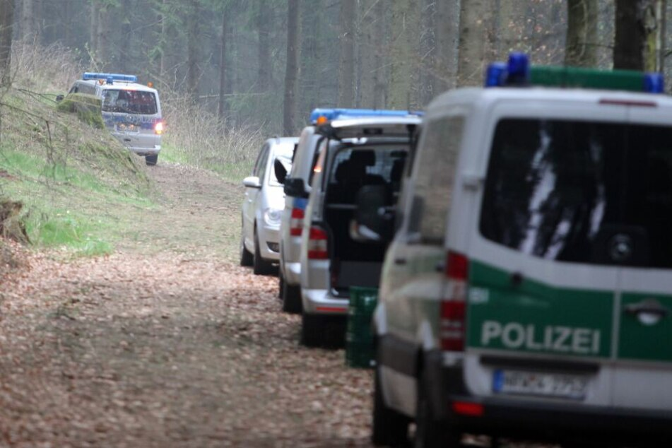Die Polizei wurde in das Waldstück gerufen. (Symbolbild)