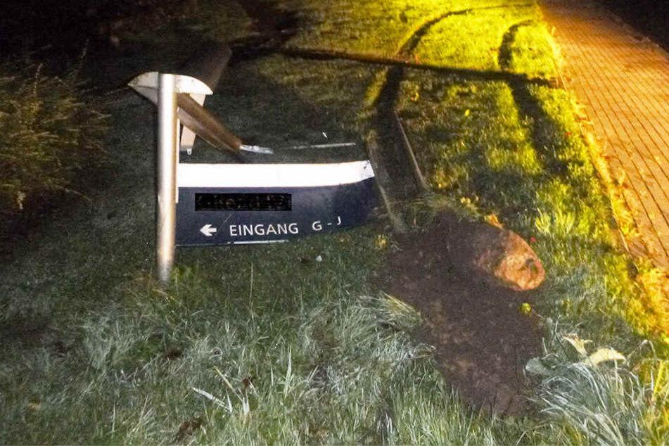 Die zwei Tatverdächtigen fuhren mehrere Schilder am Straßenrand kaputt.