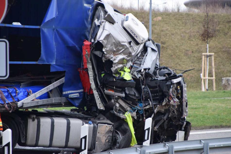 Laster kracht in Vordermann: Fahrer in Führerhaus eingeklemmt!