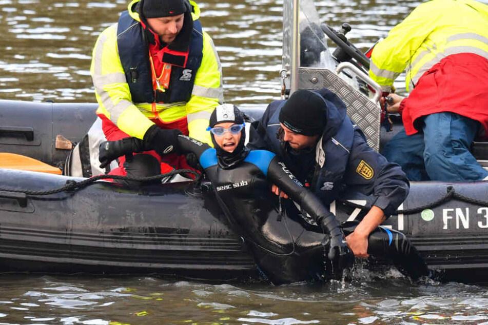 Immer wieder stiegen Menschen in den Neckar, um den Castor-Transport aufzuhalten. Sie wurden von Polizeibeamten aus dem Wasser gefischt. (Archivbild)