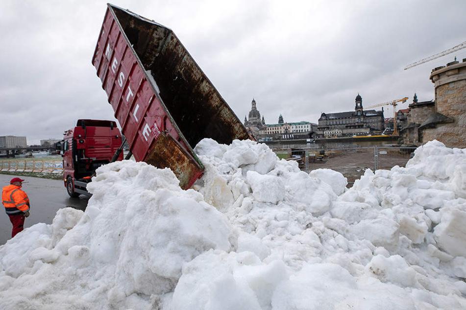 Rund 120 Ladungen Kunstschnee kippten Laster am gestrigen Donnerstag aus.