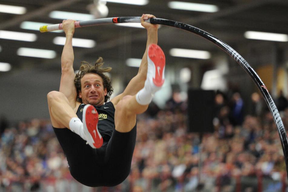 Der deutsche Stabhochspringer Tim Lobinger springt beim Internationalen Leichtathletik- Hallenmeeting in Chemnitz im Jahr 2012.