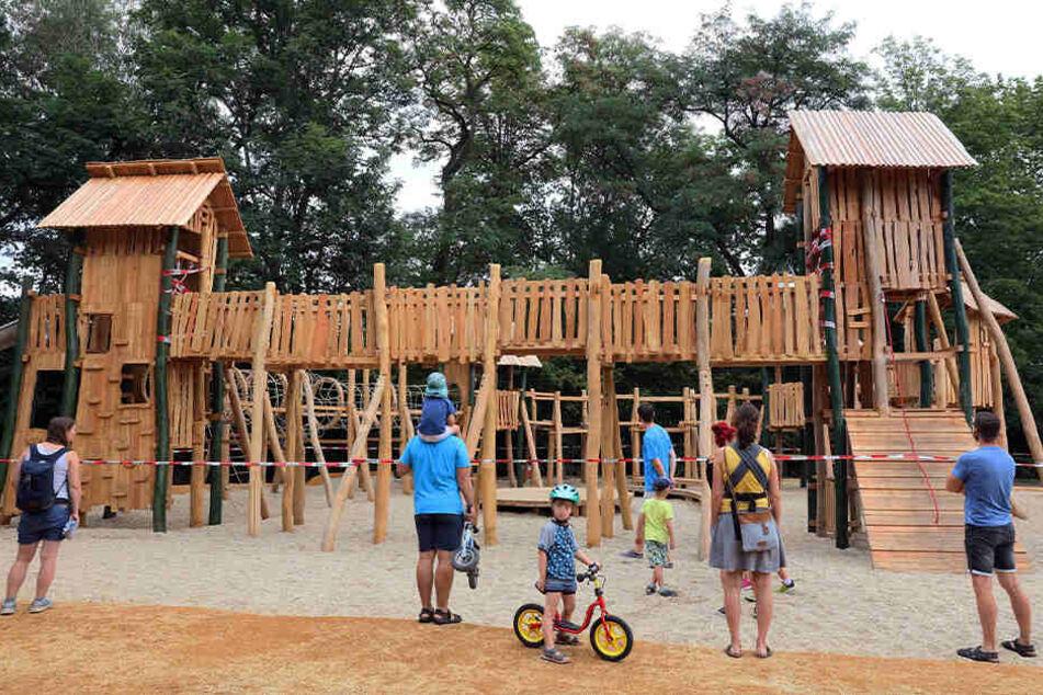 Kurz nach Eröffnung von neuem Spielplatz: Feuerwehr muss Kind befreien