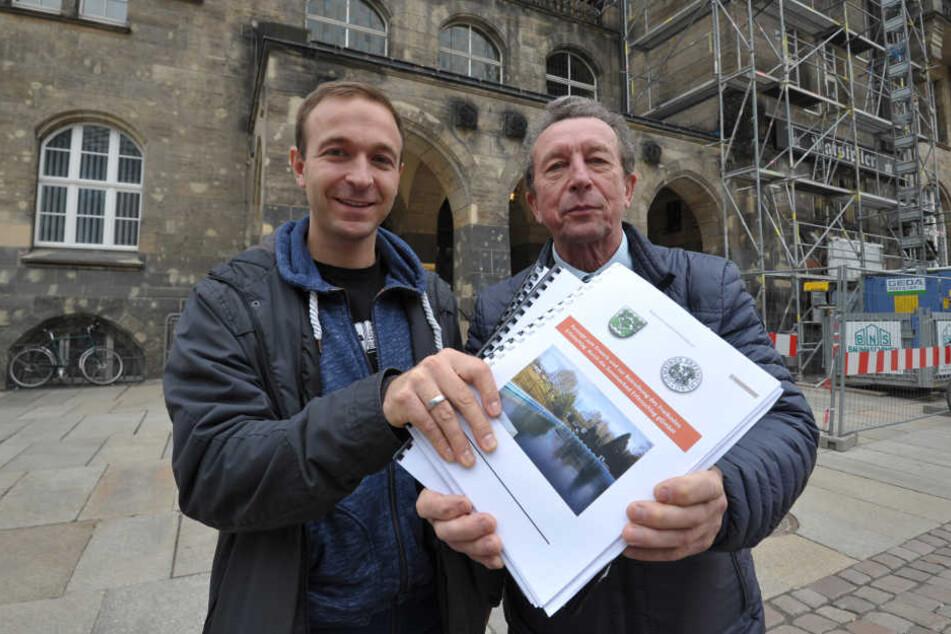 Felix Kreißel (30) und Wolfgang Köhler (68) vom Bürgerverein Erfenschlag haben im Rathaus ihr Bad-Betreiberkonzept abgegeben.