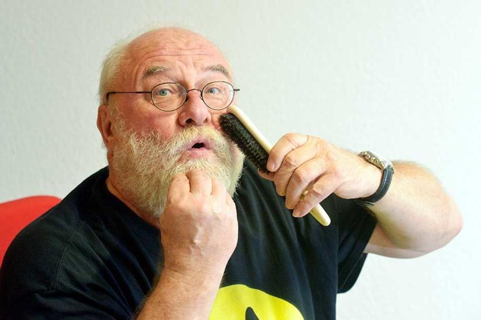 """Ekki Garten (66) bürstet seinen Bart in Form. """"Nur Frauen ziehen dran - wenn sie schon einen Glühwein intus haben"""", grinst er."""
