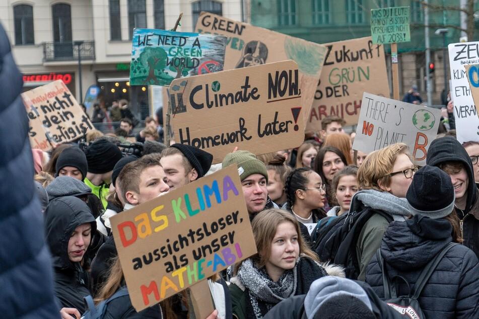 """Aktuelle Infos zu Demonstrationen wie """"Fridays for Future"""" findet Ihr auf TAG24. © unsplash/Mika Baumeister"""