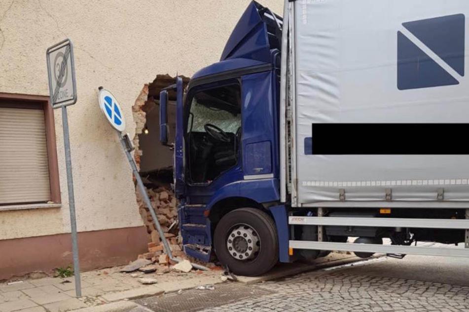 Der Brummi war vor knapp zwei Wochen in das bewohnte Haus in Weißenfels gekracht.