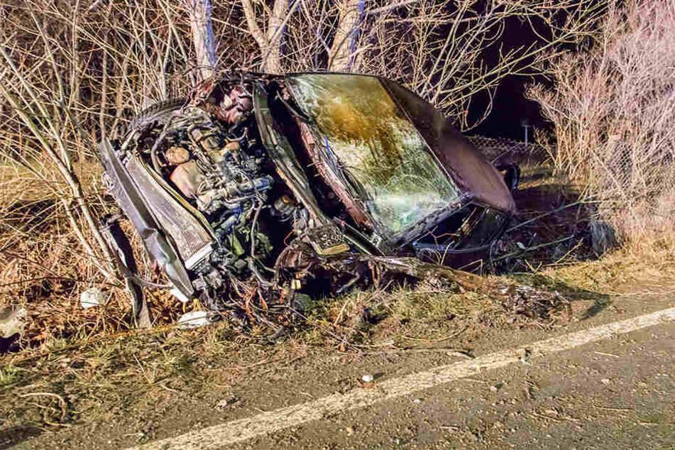 Horror-Crash in Sachsen: Fahrer (35) wird aus Auto geschleudert