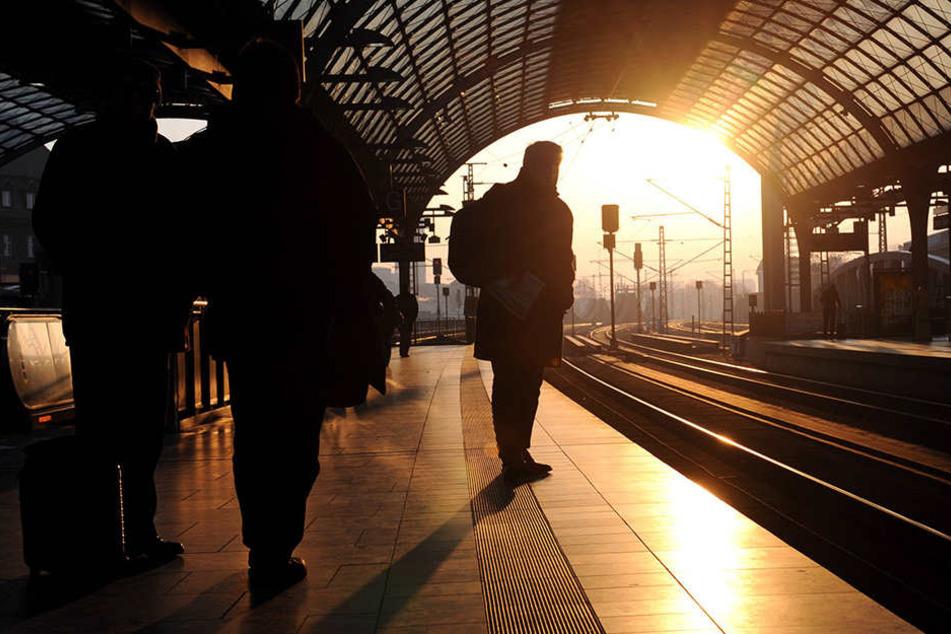 Junger Mann fällt ins Gleisbett! Zug reißt Bein ab