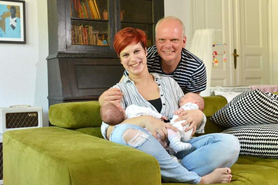 Radiomoderatorin Elena Pelzer (33) und ihr Mann Jörg (48) genießen das Glück  mit ihren Zwillingen Tim und Anna.