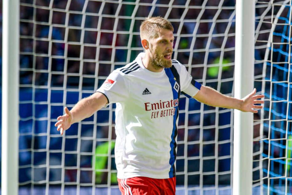 HSV-Kapitän Aaron Hunt jubelt über einen Treffer.