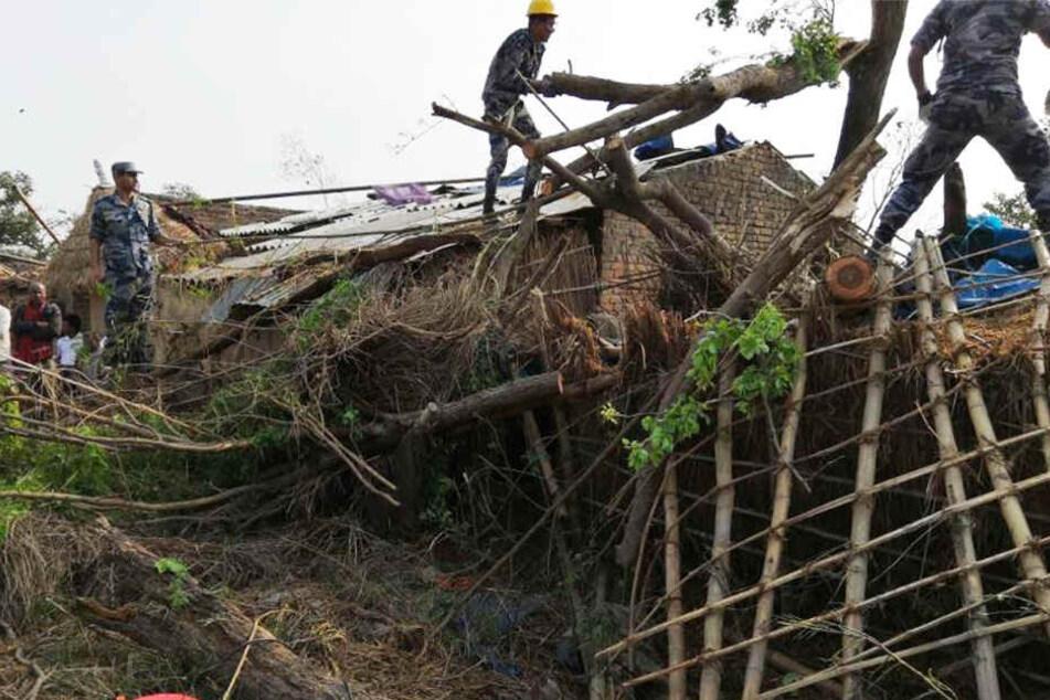 Schwere Unwetter haben an Häusern in Nepal heftige Schäden angerichtet.