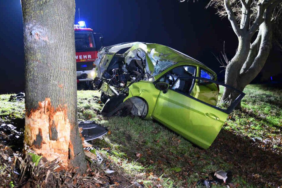 Das Auto prallte gegen einen Baum.