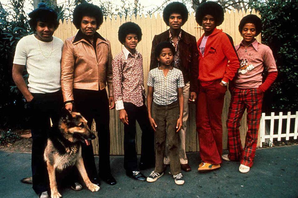 Das undatierte Foto zeigt die Jackson-Familie: (v.li.) Tito, Joe, Michael, Randy, Jackie, Jermaine und Marlow.