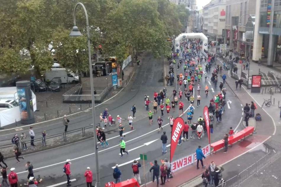 Läufer des Köln-Marathons am Neumarkt.
